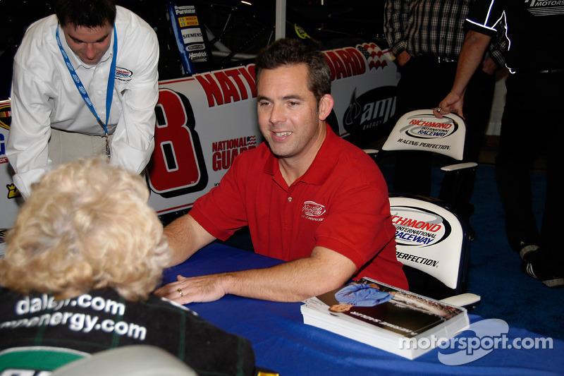 Hernie Sadler, star du NASCAR, signe des autographes