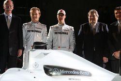 Dr. Dieter Zetsche, Nico Rosberg, Michael Schumacher, Norbert Haug y Nick Fry posan con el auto Bra