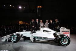 Ross Brawn, Dr. Dieter Zetsche, Nico Rosberg, Michael Schumacher, Norbert Haug und Nick Fry posieren