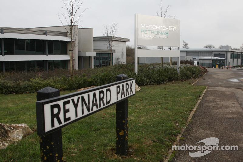 Le nouveau panneau Mercedes GP est installé à l'usine de Brackley
