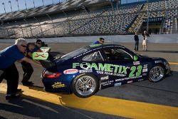 Alex Job Racing teamleden duwen de auto terug de garage in
