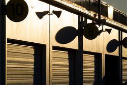 Ambiance dans le garage tetis que le soleil se couche
