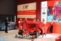 Felipe Massa, Fernando Alonso, Marc Gene, Giancarlo Fisichella und Luca Badoer enthüllen den Ferrari