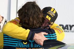 GS victory lane: racewinnaars Gianluis Bakaarti en Matt Plumb vieren feest