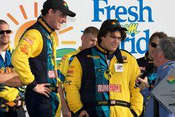 GS victory lane: racewinnaars Matt Plumb en Gianluis Bakaarti vieren feest