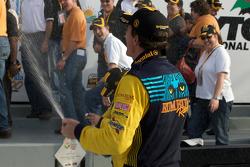 GS podium: klasse en overall winnaar Matt Plumb spuit met champagne