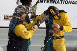 GS podium: klasse en overall winnaars Matt Plumb en Gianluis Bakaarti vieren feest met met champagne