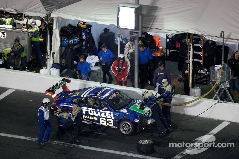 Arrêt aux stands pour #63 TRG Porsche GT3: Zak Brown, Richard Dean, Henri Richard, Mark Thomas, Rene Villeneuve