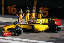 Jerome D'Ambrosio, piloto de pruebas, Equipo Renault F1, Robert Kubica, Equipo Renault F1, Vitaly Petrov, piloto de pruebas, Equipo Renault F1 y Ho-Pin Tung, piloto de pruebas, Equipo Renault F1