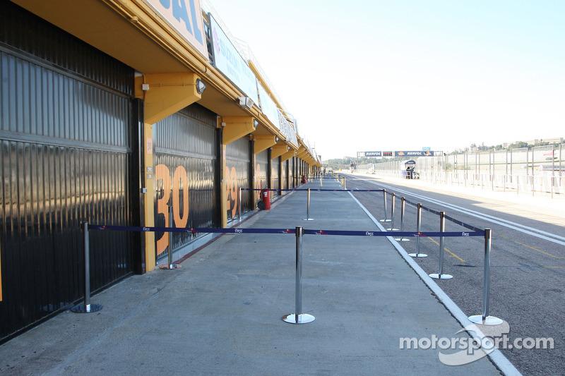 Une pitlane vide avec les garages fermés