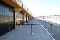 Een lege pitstraat met gesloten pitboxen