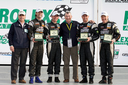 Victory lane: GT winnaars Jonathan Bomarito, Nick Ham, David Haskell en Sylvain Tremblay met Vic Elf