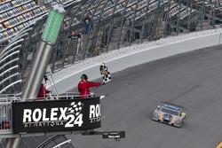 #10 SunTrust Racing Ford Dallara: Max Angelelli, Pedro Lamy, Ricky Taylor, Wayne Taylor passeert de finishvlag