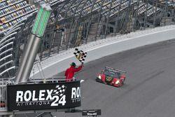 #77 Doran Racing Ford Dallara: Memo Gidley, Fabrizio Gollin, Brad Jaeger, Derek Johnston passe le drapeau à damiers