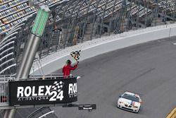 #21 Matt Connolly Motorsports Pontiac GTO.R: Mauro Casedei, Gabrio Rosa passe le drapeau à damiers