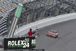 #22 Bullet Racing Porsche GT3: Ross Bentley, Sean McIntosh, Kees Nierop, Darryl O'Young, Steve Paquette passe le drapeau à damiers