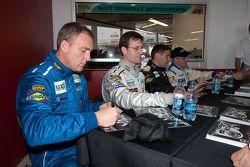 Matt Connolly Motorsports rijders signeren handtekeningen