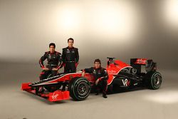 Timo Glock, Lucas di Grassi y Alvaro Parente con el nuevo Virgin Racing VR-01