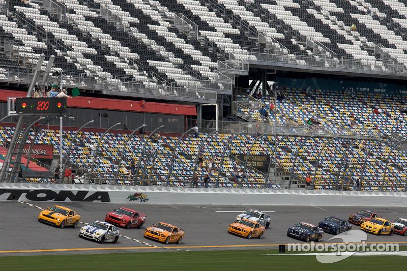 Départ GS: 15 Multimatic Motorsports Mustang Boss 302R: Joe Foster, Scott Maxwell et #46 Fall-Line Motorsports BMW M3 Coupe: Mark Boden, Brian Kubinski en bataille pour la 1ere place