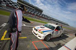 Passage aux stands pour #24 V-Pack Motorsport BMW 330: Sam Schultz, Ari Straus