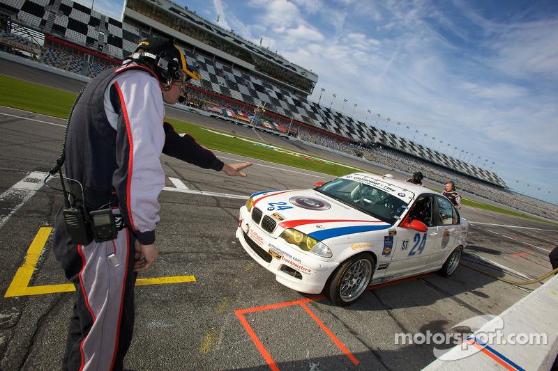 Pitstop #24 V-Pack Motorsport BMW 330: Sam Schultz, Ari Straus