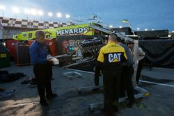 Miembros del equip Richard Childress Racing trabajan en el Chevrolet accidentado de Kevin Harvick