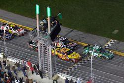 La arrancada: El Chevrolet de Kevin Harvick, Richard Childress Racing y el Ford de Carl Edwards, Rou