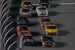 El Toyota de Brian Vickers, Red Bull Racing Team y el Chevrolet de Tony Stewart, Stewart-Haas Racing