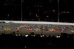 El Ford de Greg Biffle, Roush Fenway Racing inicia el choque en la última vuelta