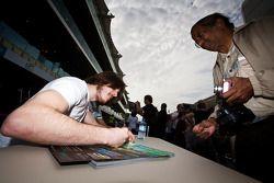 Josef Kral met Marcus Ericsson zetten handtekeningen voor de fans