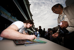 Josef Kral et Marcus Ericsson signent des autographes