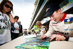 Josef Kral signe des autographes