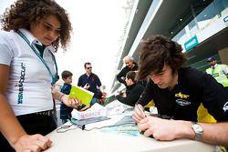 Giacomo Ricci firma autógrafos para los aficionados