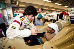 Sergio Perez met lokale kinderen in de GP2 Paddock