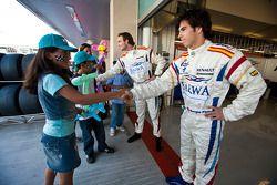 Giedo Van der Garde y Sergio Pérez conocen a niños locales que visitan el paddock de la GP2