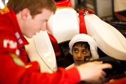 Oliver Turvey con niños locales que visitan el paddock de la GP2
