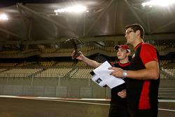 Jules Bianchi habla con su ingeniero de pista durante una caminata