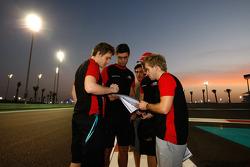 Jules Bianchi y Sam Bird hablan con sus ingenieros durante una caminata por la pista