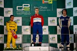 Davide Valsecchi celebra en el podio con Michael Herck y Giacomo Ricci