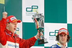Davide Valsecchi festeja su triunfo en el podio con Giacomo Ricci