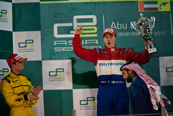 Davide Valsecchi festeja en el podio con Giacomo Ricci