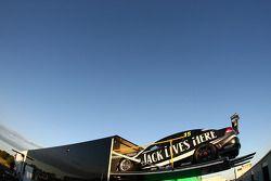 Jack Daniel's Racing auto wordt uit de auto geladen