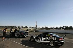Jack Daniel's racing auto's wachten op de start van het testwerk