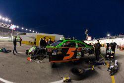 Miembros del equipo Hendrick Motorsports trabajan en el Chevrolet dañado de Mark Martin