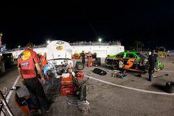 Miembros del equipo Earnhardt Ganassi Racing trabajan en el Chevrolet accidentado de Jamie McMurray