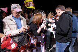 Ryan Newman, Stewart-Haas Racing Chevrolet firma autógrafos