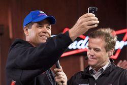 Michael Waltrip, Michael Waltrip Racing Toyota toma fotos de los aficionados