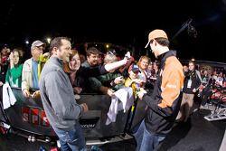 Joey Logano, Joe Gibbs Racing Toyota firma autógrafos