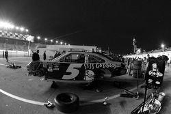 Miembros del equipo Chevrolet trabajan en el auto accidentado de Mark Martin