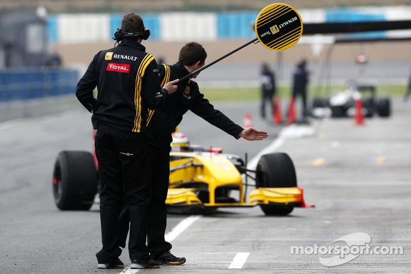 Renault mecaniciens wachten op Vitaly Petrov, Renault F1 Team